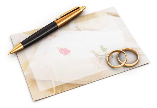goldene Ringe mit Karte und Kugelschreiber