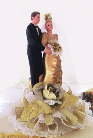 Glückwünsche zur Goldenen Hochzeit mit Paar auf Torte