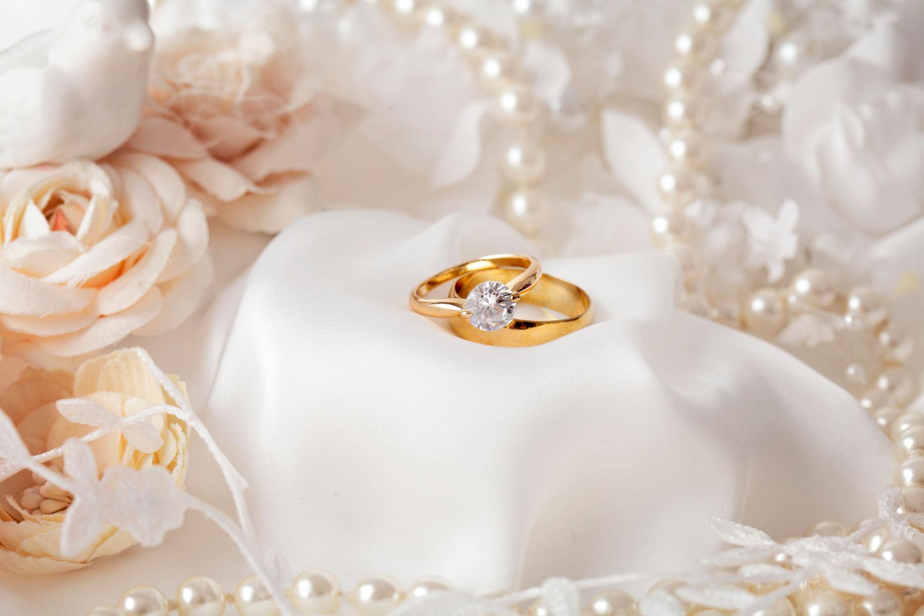 Goldene Ringe auf weißem Tuch